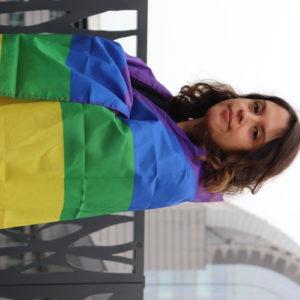 Delara mit LGBTIQ Flagge